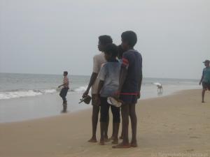 Candolin Goa chłopcy na plaży